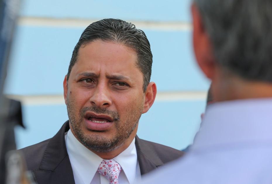 """El alcalde de Arecibo, Carlos Molina, perdió su silla en el ayuntamiento ante el comerciante popular Carlos """"Tito"""" Ramírez Irizarry."""