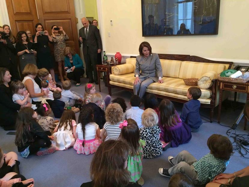 Nancy Pelosi (sentada) señaló que lo que le habían presentado era algo que no podía apoyar. (AP)