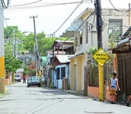 DESARROLLO CANTERA JRP    San Juan    06 / 23 / 11    La Compania para el Desarrollo Integral de la Peninsula de Cantera se reunio con El Nuevo Dia en mesa redonda para hablar de los proyectos y planes para el lugar .  En la foto ;  vistas de areas de la comunidad de Cantera  .  Ninos jugando en la calle .    Dominical .  ©  Jorge A Ramirez Portela  STAFF .  El Nuevo Dia Inc   barriada progreso infraestructura cambio social pobreza comunidad mejoramiento -----  -----