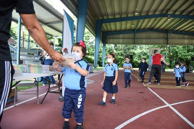 Estudiantes de ocho escuelas en la región educativa de Bayamón recibieron libros para llevar al hogar como parte de la iniciativa de Fundación Flamboyán.