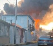 El Negociado de Bomberos reportó que al menos ninguna persona resultó herida por el incendio.