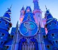 El Castillo de Cenicienta está decorado con un escudo que conmemora el 50 aniversario de Walt Disney World Resort.
