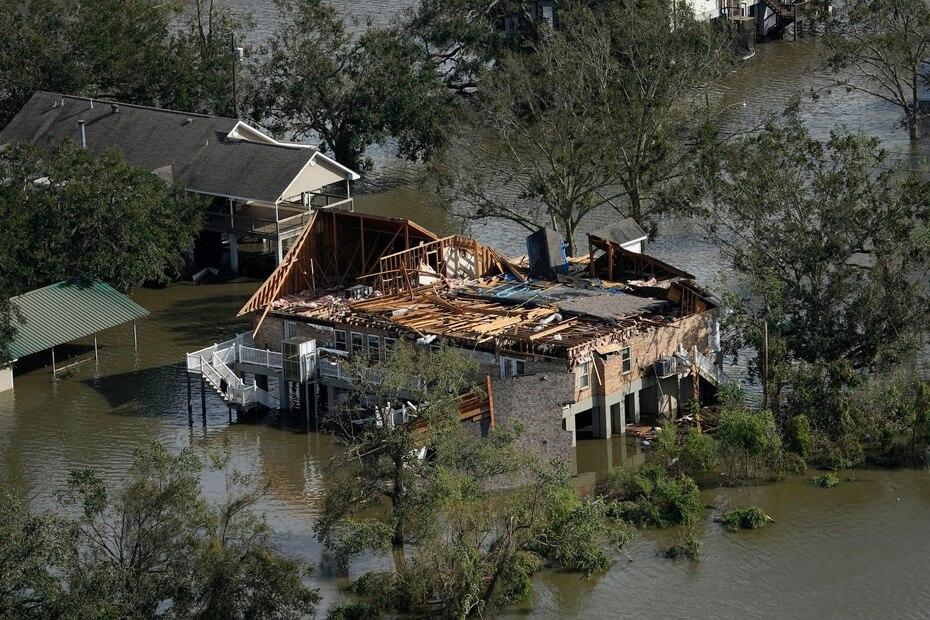 Ida arrasó la red eléctrica de Luisiana y dejó a más de un millón de personas a oscuras.
