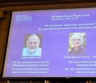 Los retratos de los tres ganadores del Nobel de Física son expuestos en la Real Academia de las Ciencias de Suecia. (EFE)