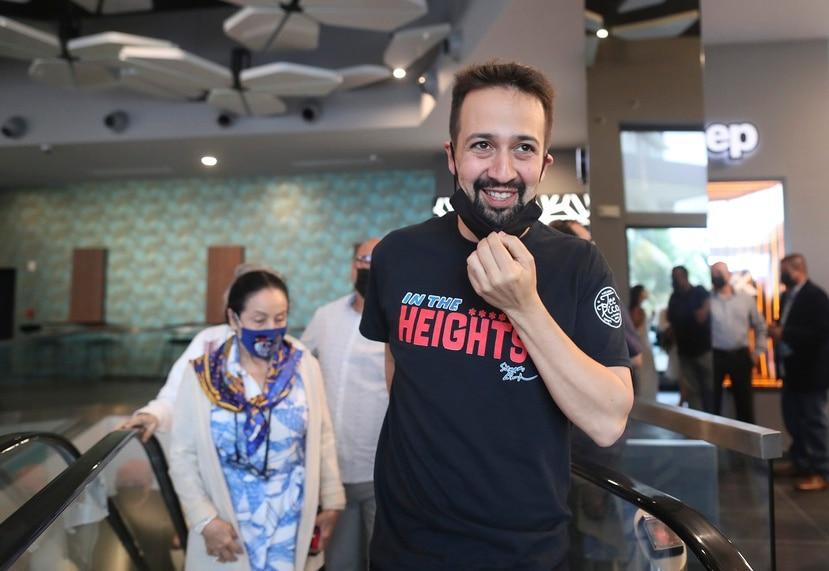 Lin-Manuel Miranda asistió a las nuevas salas de cine de El Distrito en San Juan acompañado de su mamá y papá, Luz y Luis Miranda.