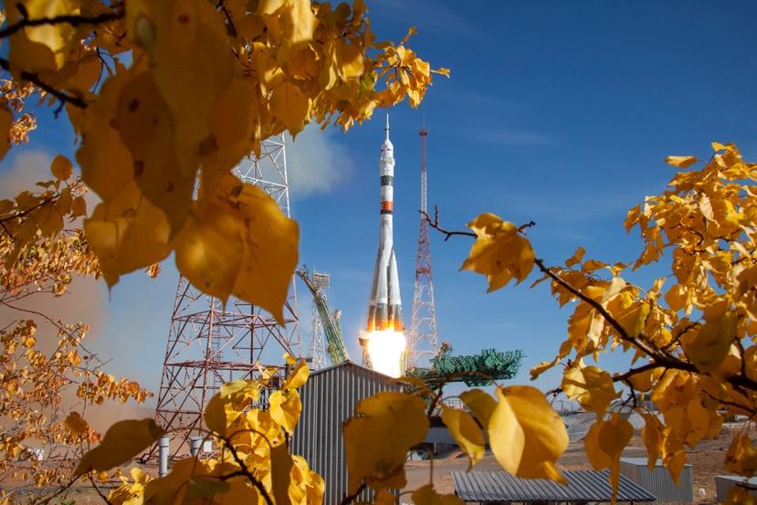 En esta foto de la Agencia Espacial Roscosmos se aprecia el cohete que llevó la nave Soyuz MS-17 a órbita con tres astronautas en su interior.