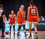Allison Gibson celebra con Isalys Quiñones durante los momentos finales del partido semifinal entre Puerto Rico y Canadá.