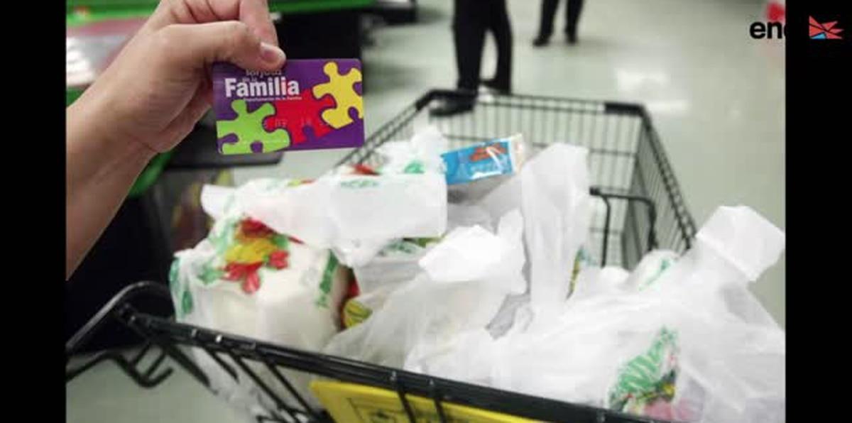 Familia explica cómo los estudiantes podrán recibir los $119 mensuales de asistencia alimentaria