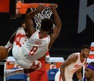 El jugador de los Rockets de Houston Jae'Sean Tate (8) anota un mate en el primer cuarto del juego de la NBA que enfrentó a su equipo con los Kings de Sacramento, el 11 de marzo de 2021 en Sacramento, California.