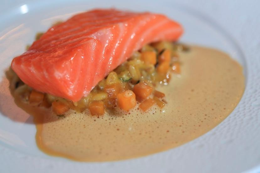 salmón Ora King confitado con farro orgánico, calabaza local, zetas Hana Donko Shiitake y jugo de curry rojo.