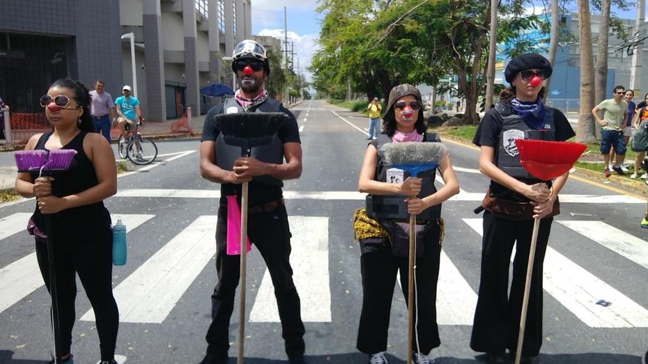 El colectivo artístico de la Unidad de Operaciones Tácticas de los Payasos Policías representó al recinto de Río Piedras de la UPR.