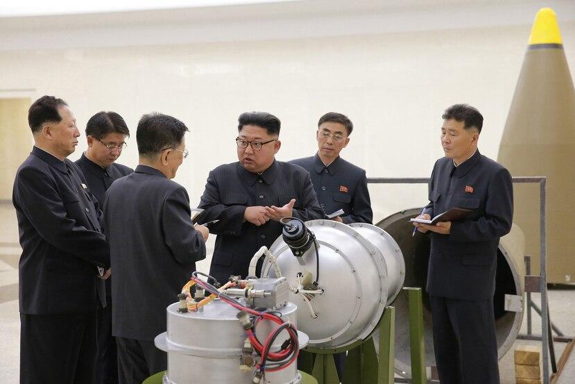 El mandatario Kim Jong Un (al centro) asistió a una reunión de la cúpula del partido gobernante y firmó la orden de autorización, según la televisora.  (EFE)