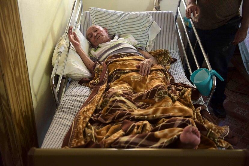 Antonio Morales, un veterano de la Segunda Guerra Mundial de 93 años, descansa en una casa de concreto de una única planta y sin agua corriente en Corozal. (AP)