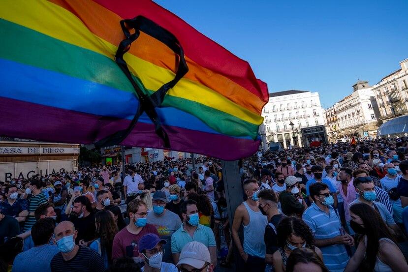 La bandera arcoíris con un listón negro ondea durante una protesta en contra del asesinato de Samuel Luiz, en la Puerta del Sol, el lunes 5 de julio de 2021, en Madrid.