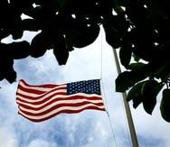(Xavier J. Araujo/El Nuevo Dia/2004)06-Junio-2004 -- San Juan P.R. -- bandera estadounidense ondea a media asta en el capitolio esto tras la muerte del ex-presidente de los estados unidos ronald regan, quien fallecio a los 93 anos de edad.(Xavier J. Araujo/El Nuevo Dia/2004)