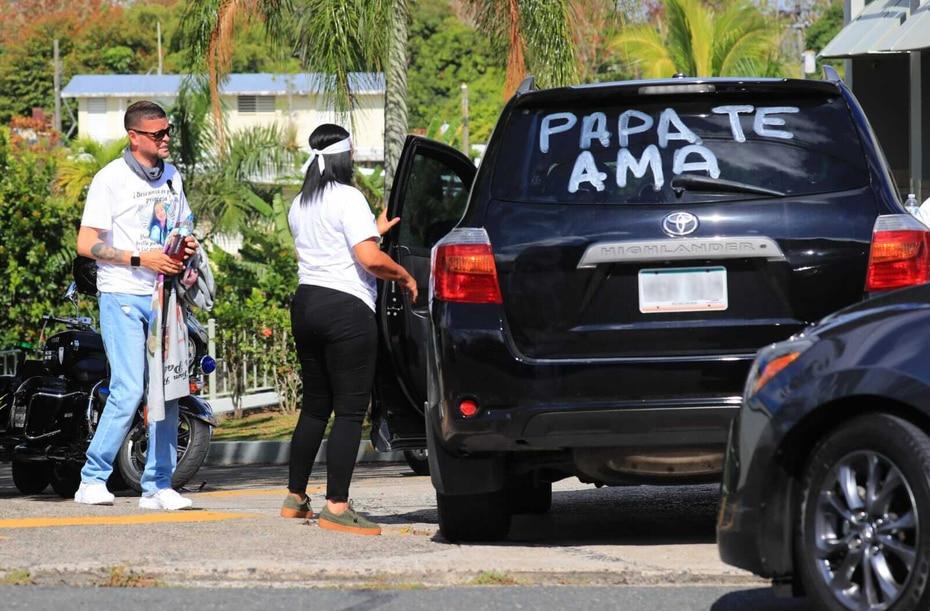 Vehículo con mensaje para Keishla Rodríguez durante sus actos fúnebres.
