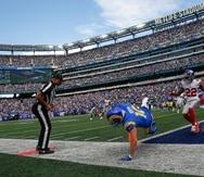 Cooper Kupp (centro), de los Rams de Los Ángeles, anota un touchdown ante la mirada de Adoree' Jackson, de los Giants de Nueva York, en un partido celebrado este domingo pasado.