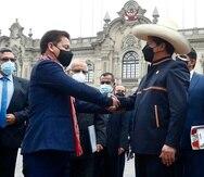 El presidente de Perú, Pedro Castillo, mientras saluda al primer ministro, Guido Bellido, izquierda, en Lima, Perú.