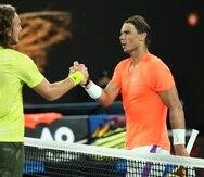 El griego Stefanos Tsitsipas (a la izquierda) es felicitado por Rafael Nadal, a quien derrotó en cuartos de final del Abierto de Australia.