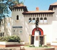 Antes de que el Hiram Bithorn se construyera en 1962, en el estadio Sixto Escobar se celebraban eventos deportivos de mayor envergadura. En la imagen, la fachada con la estatua de Sixto Escobar.  (Archivo)