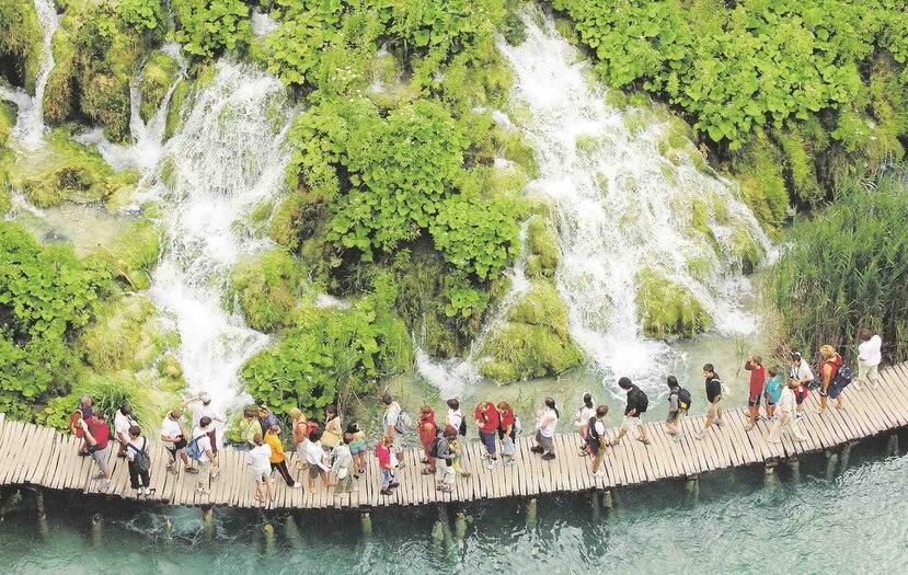 Además de experiencias únicas y nuevos destinos, en los viajes de lujo, se busca hacer actividades en las que haya conexión humana con el destino, como el Parque Nacional de los Lagos de Plitvice, en Croacia.  (Archivo GFR Media)