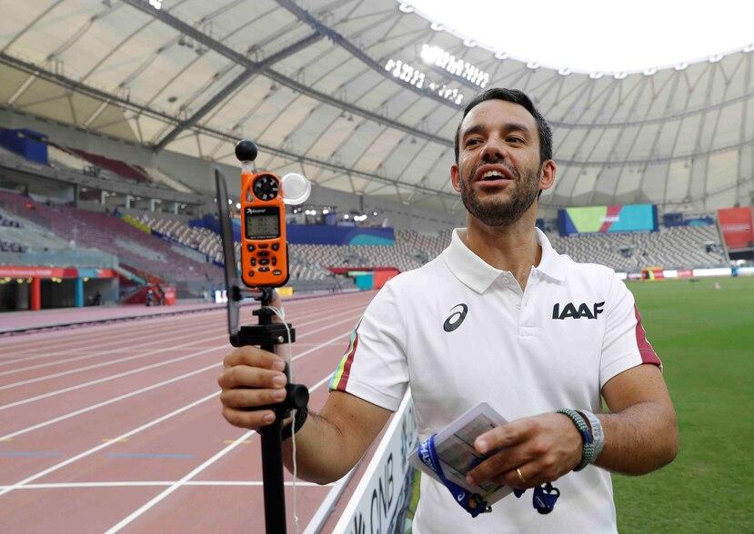 El doctor Paolo Adami explica el uso de un sensor de calor en el Mundial de atletismo, el lunes 30 de septiembre de 2019, en Doha, Qatar, el lunes 30 de septiembre de 2019. (AP)