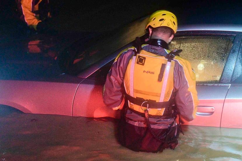 Un auto se quedó  inundado en Fajardo durante el paso del huracán Irma cerca de Puerto Rico.