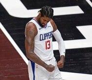 El jugador de los Clippers de Los Ángeles Paul George (13) saca músculo tras anotar en la primera mitad del quinto juego de la segunda ronda de los playoffs de la NBA ante el Jazz de Utah, el 16 de junio de 2021, en Salt Lake City.