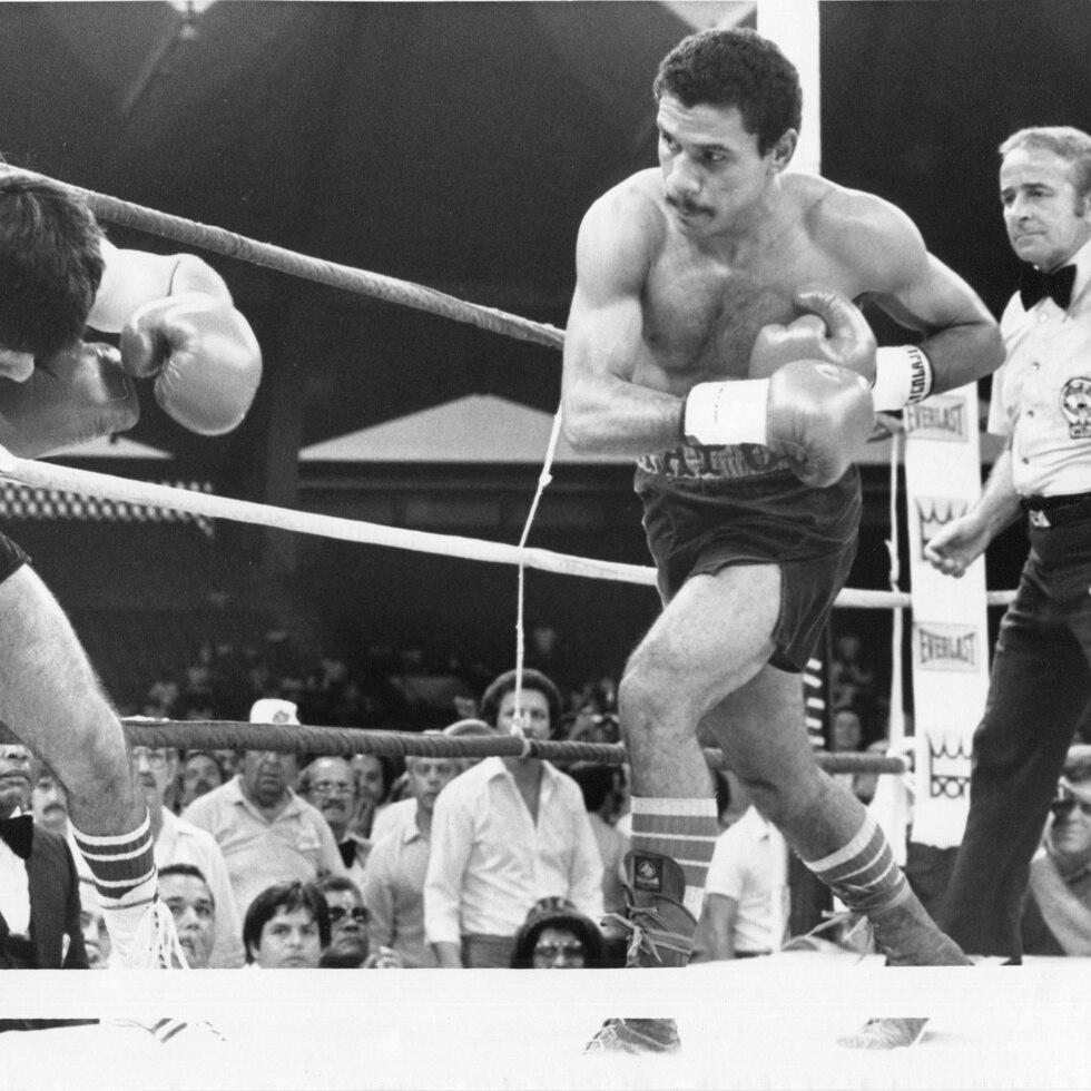 """""""Chapo"""" (dcha) se lanza a la ofensiva contra Roberto Elizondo en la pelea que defendió su cetro ligero del Consejo Mundial de Boxeo."""