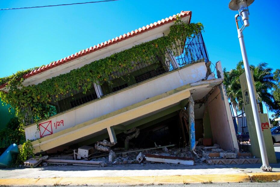 El pastizal ya consume parte de esta residencia que cayó en Guánica a consecuencia del terremoto.