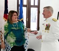 Peter Brown, coordinador de reconstrucción para la isla nombrado por el presidente Donald Trump, junto a la comisionada residente Jenniffer González. (Archivo)