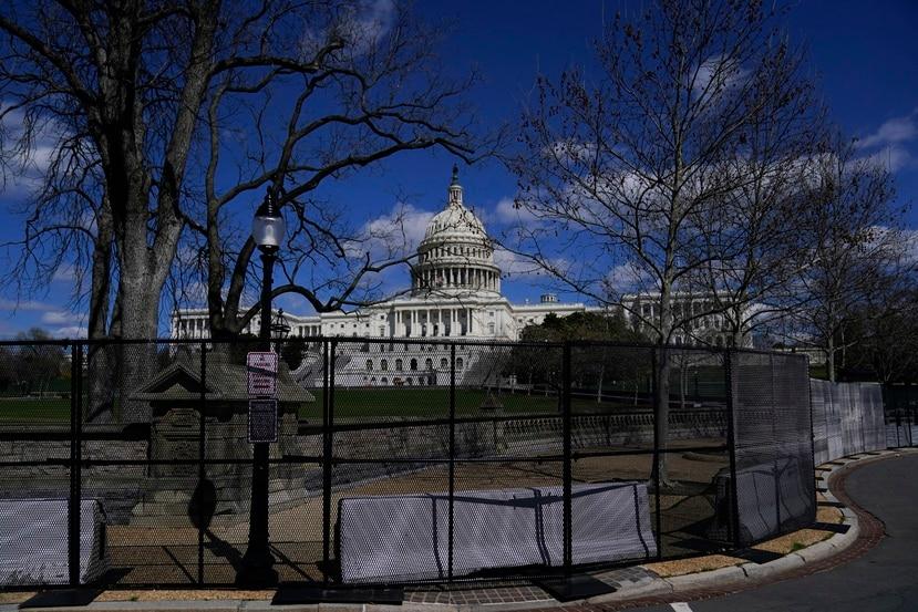 Valla que rodea los predios del Capitolio de Estados Unidos.