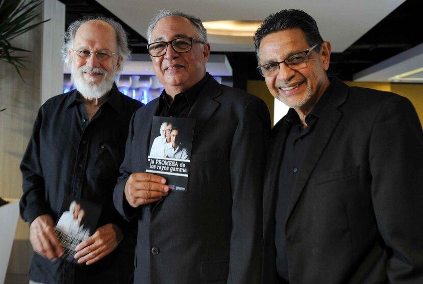 Jacobo Morales, Sunshine Logroño y Silverio Pérez (de izq. a der.) componen el grupo de sátira los Rayos Gamma. El cuarto integrante, el comediante Horacio Olivo, falleció en 2016. (GFR Media)