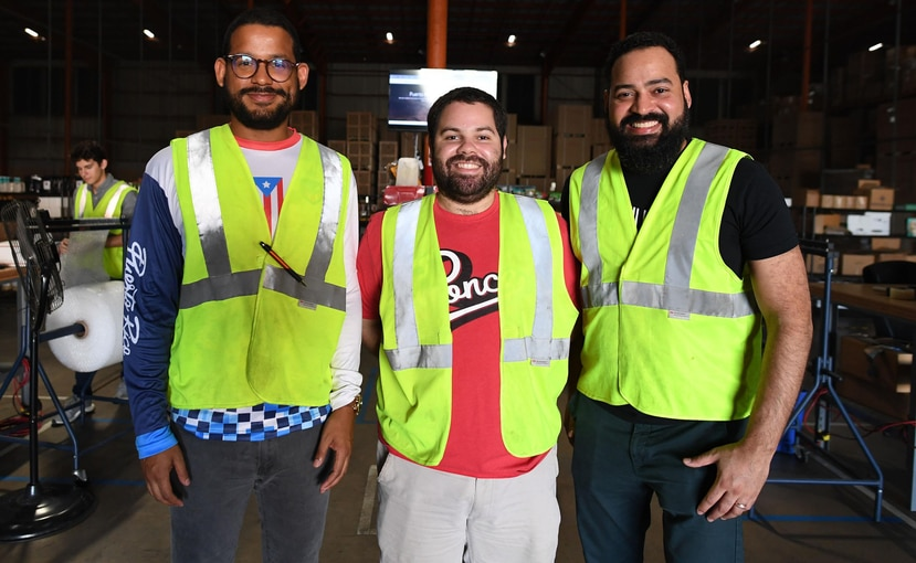 Arriba, desde la izquierda, Alan Taveras, cofundador de Brands Of y el Puerto Rico E-Fulfillment Center; Jorge Herrera, gerente; y Néstor Taveras, cofundador de ambas empresas. Abajo, una muestra de los productos que se distribuyen a través del centro.