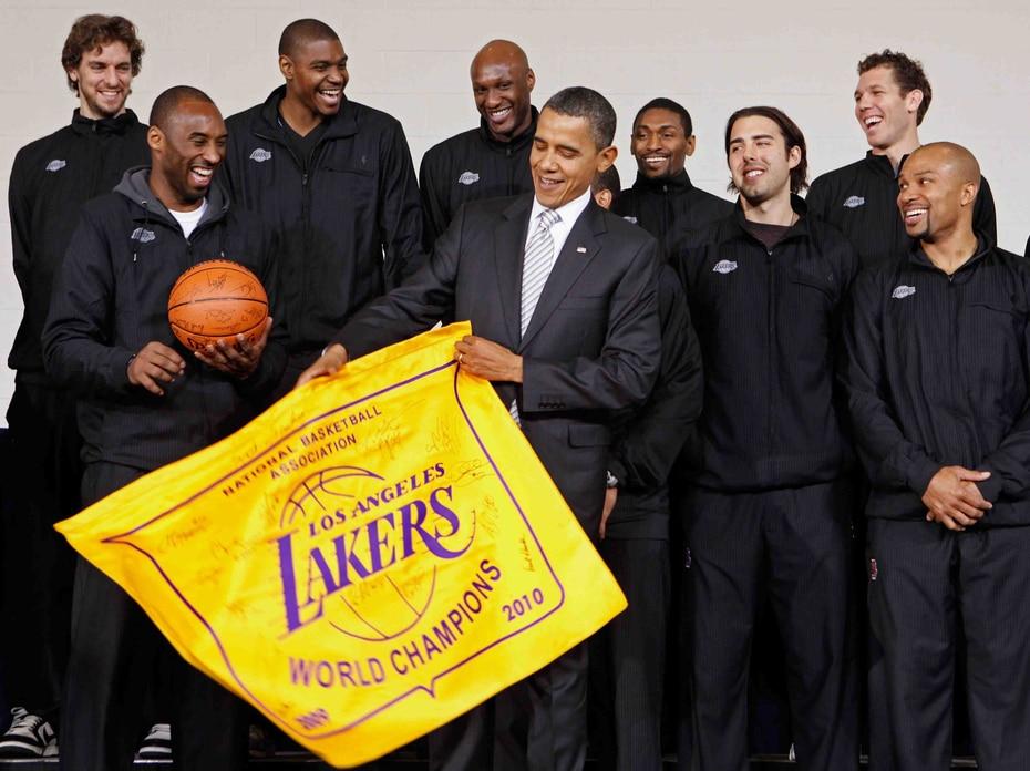 El expresidente Barack Obama recibió al equipo de los Lakers en Casa Blanca tras obtener el campeonato del 2010. (EFE)