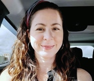 """Según la pesquisa policial, Andrea Ruiz Costas fue  agredida, herida con un arma blanca """"cortante"""" y luego transportada   en su carro hasta un paraje en el barrio Guavate, en Cayey, donde el vehículo fue incendiado. Una vez allí, la arrojó en el área boscosa y  la incendió, resultando parcialmente quemada."""
