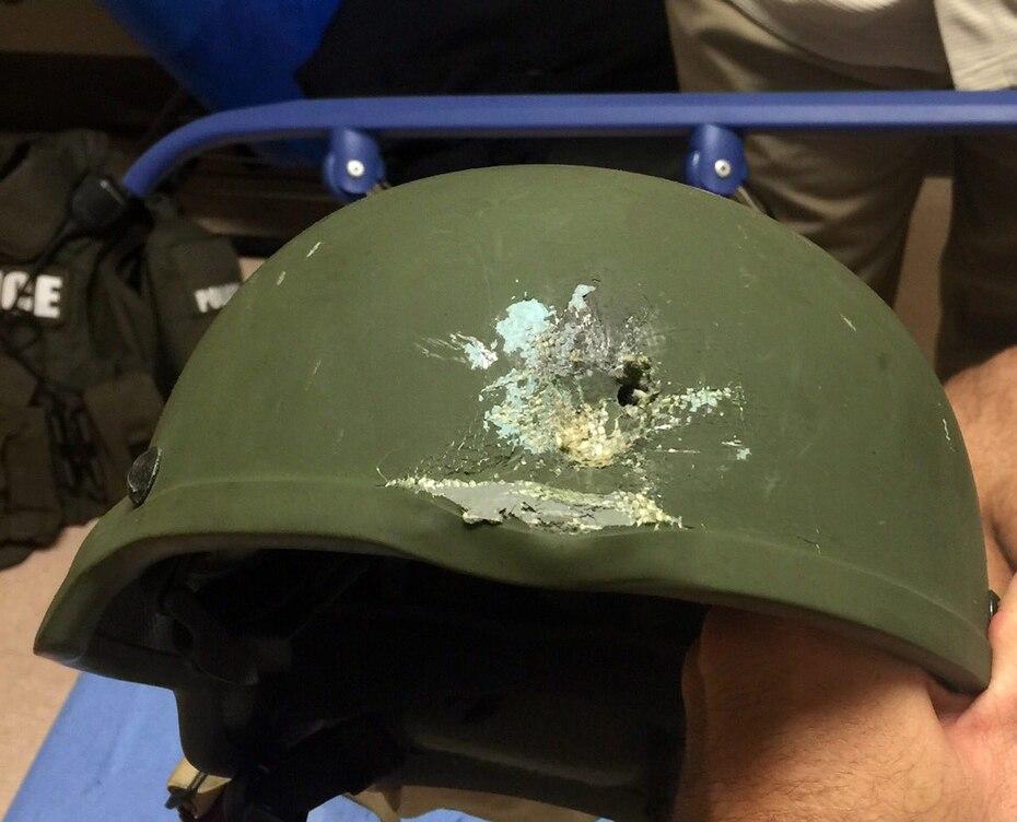 El casco que le salvó la vida a uno de los policías que atendió la balacera. (AP)