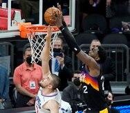El centro de los Suns Deandre Ayton completa un puente aéreo frente al pívot  Ivica Zubac, de los Clippers,  en el segundo final del partido que le dio el triunfo a Phoenix.