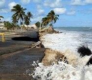 El mar se tragó parte de la costa y la carretera en las parcelas Suárez en Loíza.