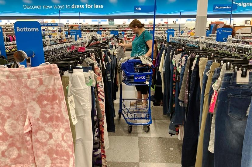 Una mujer examina prendas en una tienda de ropa de Morton Grove, Illinois, el 21 de julio del 2021.