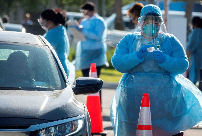 Una enfermera realizando pruebas de coronavirus por servicarro en Florida. (EFE)
