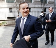 ARCHIVO - En esta fotografía de archivo del 18 de marzo de 2106, Yani Rosenthal, al frente, y su primo, Yankel Rosenthal, abandonan la corte federal en Nueva York luego de una audiencia en su caso de lavado de dinero en Nueva York. Yani se postula para presidente de Honduras en 2021.