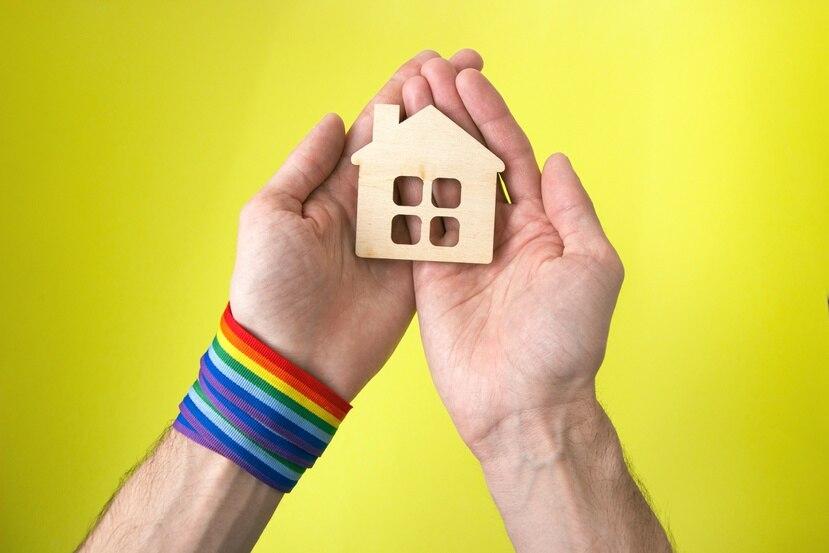 Shutterstock Muchos adultos mayores LGBTQ+  no tienen vivienda propia y sufren las consecuencias de los prejuicios de otras personas al alquilar un espacio.