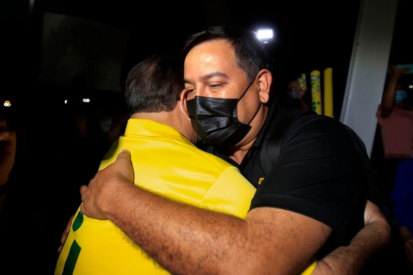 El presidente de la Universidad Interamericana, Manuel Fernós, se confunde en un abrazo con el profesor Amílcar Rincón Charris.