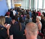 Los viajeros hacen largas filas en la aduana del Aeropuerto Internacional John F. Kennedy. (Ninis Samuel vía AP)