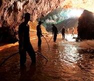 Rescatistas instalando un sistema de bombeo de agua en la caverna. (AP)