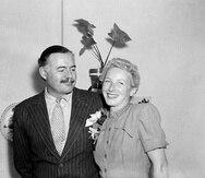 Esta imagen del 14 de marzo de 1946 muestra al escritor Ernest Hemingway y a Mary Welsh justo después de casarse en La Habana, Cuba. (AP / Archivo)