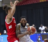 Walter Hodge maneja el balón contra Canadá en un partido de Islas Vírgenes estadounidenses en la tercera ventana de FIBA en el coliseo Roberto Clemente.