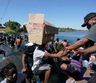 Miles de migrantes haitianos cruzaron una represa para llegar a Del Rio, en Texas, luego de haber viajado a través de México.