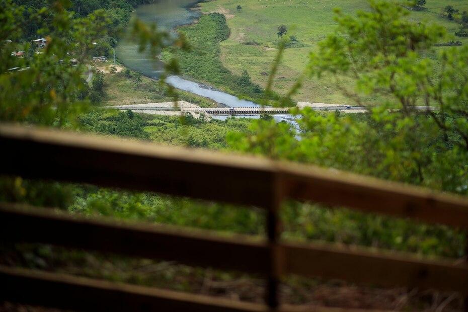 Desde la estructura se puede apreciar el Río Grande de Arecibo y las montañas pertenecientes al carso de Puerto Rico que lo rodean.